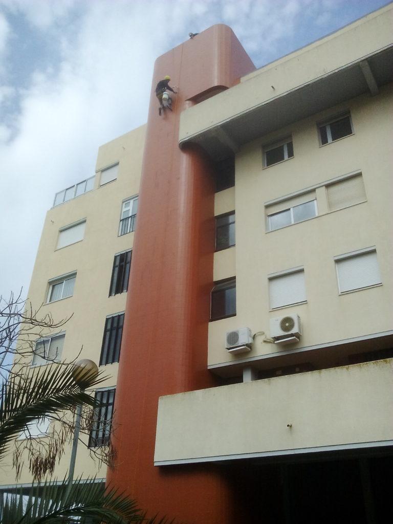 Reparação de juntas cerâmicas em fachada
